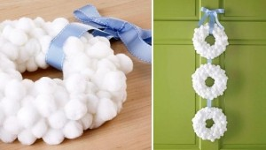 idées-bricolage-Noël-blanche-élégante-couronne-pompons-blancs-ruban-bleu-clair