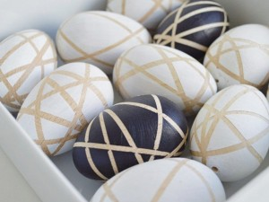 décorer des œufs bois figures geometriques