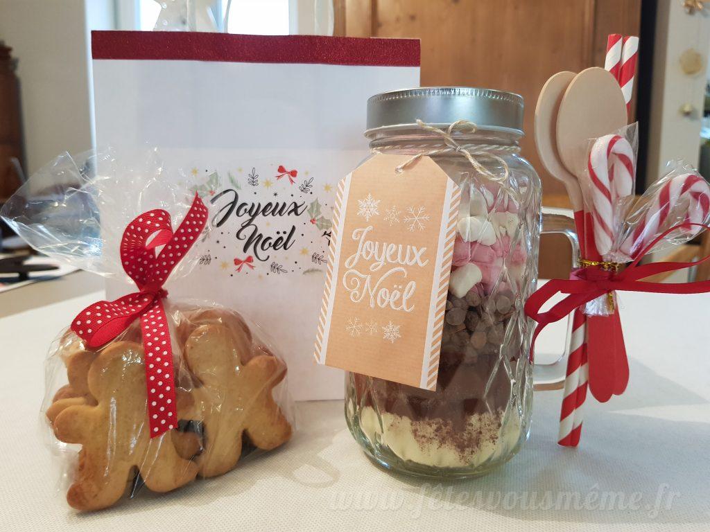 bocal chocolat chaud et sablés pain d'épices dans son sac cadeau